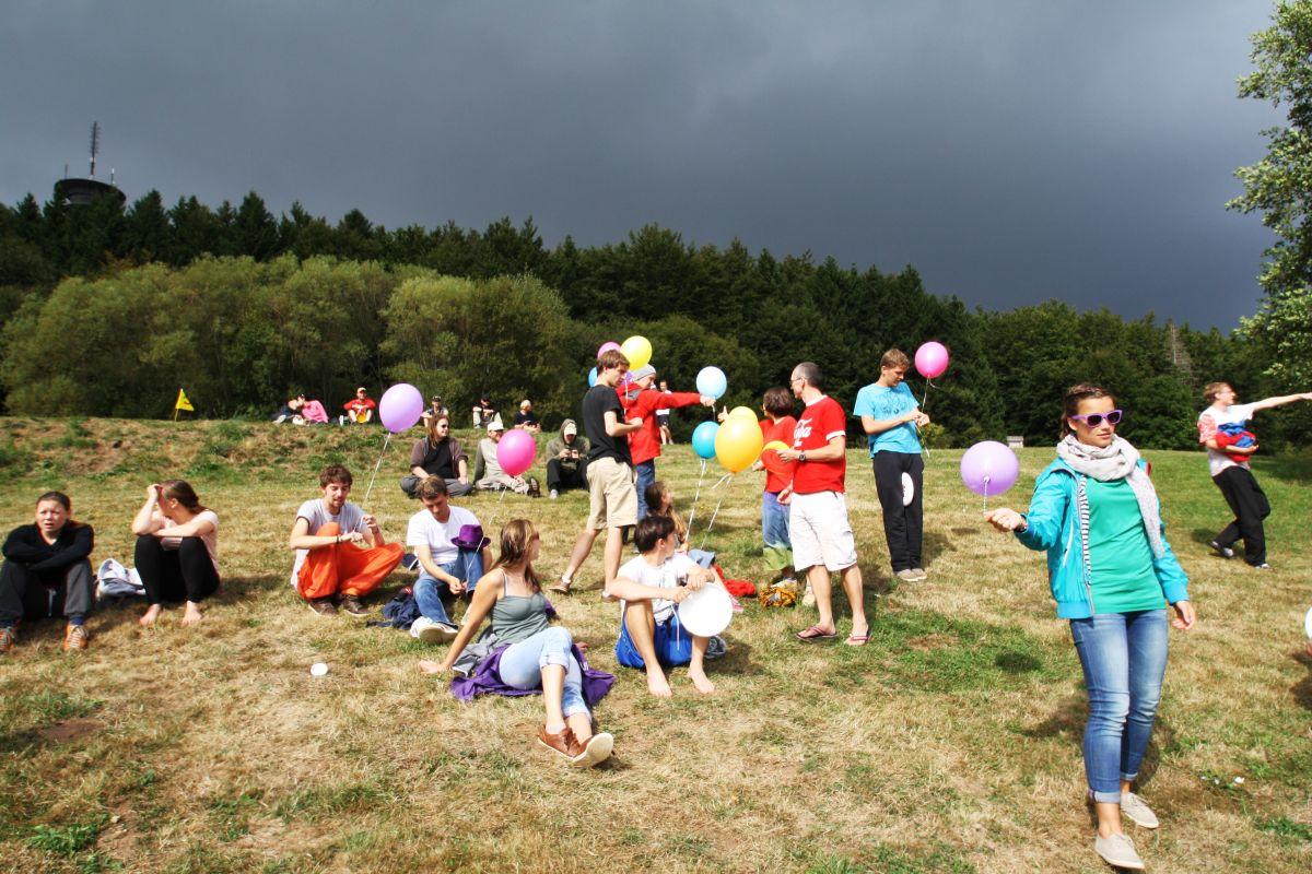 spiritcamp-kurtfeuerringballons001netz_